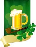 Tarjeta de Patrick con la cerveza y el trébol Fotografía de archivo libre de regalías