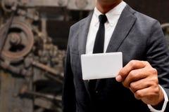 Tarjeta de presentación de la demostración del hombre de negocios con la máquina Fotos de archivo