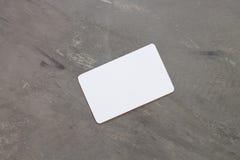 Tarjeta de presentación en fondo gris Fotos de archivo