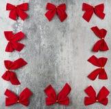 Tarjeta de regalo con los arqueamientos rojos Imágenes de archivo libres de regalías