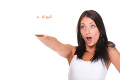 Tarjeta de regalo. Mujer emocionada que muestra la muestra en blanco vacía de la tarjeta de papel Imagenes de archivo