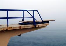 Tarjeta de salto de la playa en niebla Foto de archivo libre de regalías
