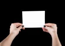 Tarjeta de visita blanca en manos femeninas Fotografía de archivo libre de regalías