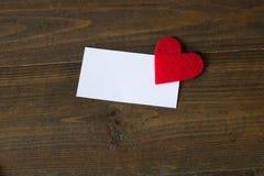 Tarjeta de visita con un corazón rojo Imagen de archivo