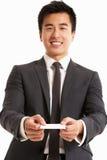 Tarjeta de visita de ofrecimiento del hombre de negocios chino Imagen de archivo libre de regalías