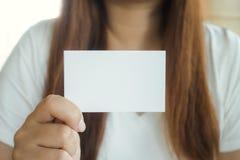 Tarjeta de visita de demostración de la mano de la mujer de negocios Imagen de archivo libre de regalías