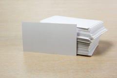 Tarjeta de visita en blanco blanca Escritorio de la tabla de la oficina con el sistema de fuentes coloridas, taza, pluma, lápices Fotografía de archivo libre de regalías