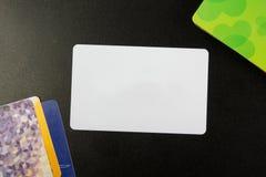 Tarjeta de visita en blanco blanca Escritorio de oficina con el sistema de fuentes coloridas, taza, pluma, lápices, flor, notas,  Imagen de archivo libre de regalías
