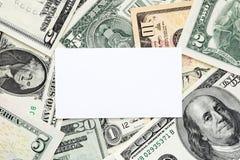 Tarjeta de visita en blanco en fondo del dinero fotos de archivo