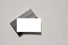 Tarjeta de visita en blanco en sostenedor con el camino de recortes. Imagen de archivo libre de regalías