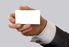 Tarjeta de visita en blanco en una mano Foto de archivo libre de regalías