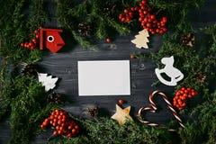 Tarjeta de visita en blanco en una Navidad de madera foto de archivo libre de regalías
