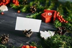Tarjeta de visita en blanco en una Navidad de madera fotografía de archivo libre de regalías