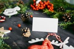 Tarjeta de visita en blanco en una Navidad de madera foto de archivo