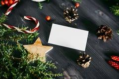 Tarjeta de visita en blanco en una Navidad de madera imágenes de archivo libres de regalías