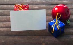Tarjeta de visita en blanco en la decoración de la Navidad en fondo de madera Imágenes de archivo libres de regalías