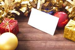 Tarjeta de visita en blanco en la decoración de la Navidad en fondo de madera Imagen de archivo libre de regalías