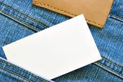 Tarjeta de visita en bolsillo de los pantalones vaqueros imágenes de archivo libres de regalías