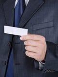 Tarjeta de visita en la mano de un hombre de negocios foto de archivo libre de regalías