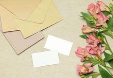 Tarjeta de visita de la maqueta con las flores, notas, sobres fotografía de archivo libre de regalías