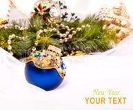 Tarjeta del Año Nuevo con la bola hermosa de la decoración Fotografía de archivo libre de regalías