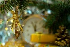 Tarjeta del Año Nuevo 2017 con las decoraciones retras del cristal del vintage Imagen de archivo