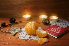 Tarjeta del Año Nuevo con las velas y el mandarín Imagen de archivo libre de regalías