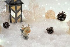Tarjeta del Año Nuevo con los ciervos del juguete en un bosque de hadas en fondo del invierno Fotos de archivo