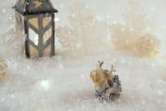 Tarjeta del Año Nuevo con los ciervos del juguete en un bosque de hadas en fondo del invierno Imágenes de archivo libres de regalías
