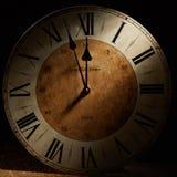 Tarjeta del Año Nuevo con un reloj del vintage antes de la medianoche Foto de archivo
