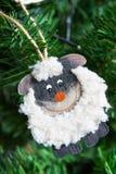 Tarjeta del Año Nuevo con una oveja un símbolo de 2015 Imágenes de archivo libres de regalías