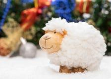 Tarjeta del Año Nuevo con una oveja un símbolo de 2015 en decorat de la Navidad Imagen de archivo