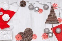 Tarjeta del Año Nuevo de la Navidad con los ornamentos en el top de madera Fotos de archivo