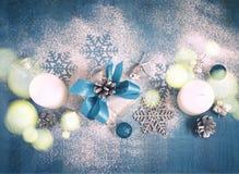 Tarjeta del Año Nuevo de la Navidad con los regalos y los juguetes, teñidos Imagen de archivo
