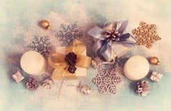 Tarjeta del Año Nuevo de la Navidad del vintage con los regalos, las velas y Christma Fotografía de archivo