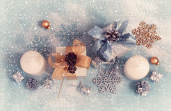 Tarjeta del Año Nuevo de la Navidad del vintage con los regalos, las velas y Christma Imágenes de archivo libres de regalías