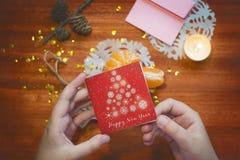 Tarjeta del Año Nuevo en las manos de Imagen de archivo libre de regalías