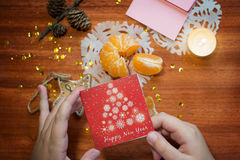 Tarjeta del Año Nuevo en manos del ` s de los niños Fotografía de archivo libre de regalías