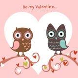 Tarjeta del amor de la tarjeta del día de San Valentín con los buhos y los corazones Foto de archivo libre de regalías