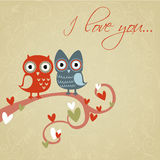 Tarjeta del amor de la tarjeta del día de San Valentín con los buhos y los corazones Imágenes de archivo libres de regalías