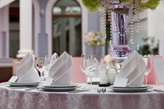 Tarjeta del asiento para casarse la tabla Copas de vino con las servilletas en restaurante Fotos de archivo