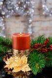 Tarjeta del copyspace del Año Nuevo Rama del abeto del árbol de navidad, vela ardiente, guirnalda colorida de las luces, naranjas Fotos de archivo libres de regalías