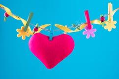 Tarjeta del corazón fijada en cuerda para tender la ropa Copie el espacio para la fraseología Fijado con los pernos de la flor Fo Foto de archivo