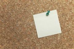 Tarjeta del corcho con la nota en blanco Imagenes de archivo