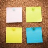 Tarjeta del corcho con las notas en blanco Imagenes de archivo