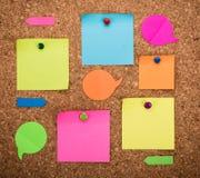Tarjeta del corcho con las notas en blanco Imágenes de archivo libres de regalías