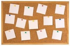 Tarjeta del corcho con las notas fijadas Imágenes de archivo libres de regalías