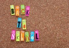 Tarjeta del corcho con las palabras de nuevo a escuela Foto de archivo