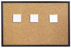 Tarjeta del corcho con tres trozos de papel. Imagen de archivo