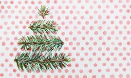 Tarjeta del día de fiesta del árbol de navidad en fondo punteado Foto de archivo libre de regalías